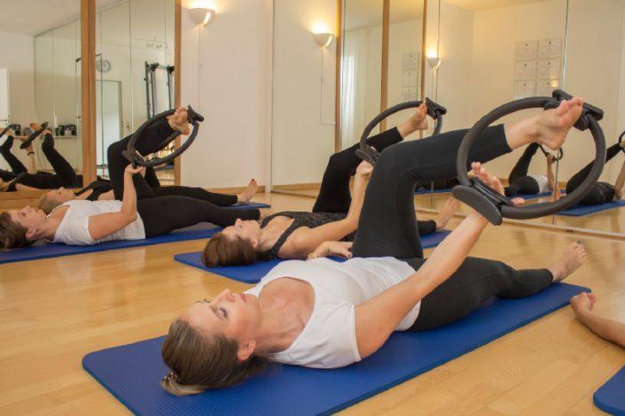Pilates Übung mit dem Magic Circle im Yoga und Pilates Atudio Anne Faulhauer.