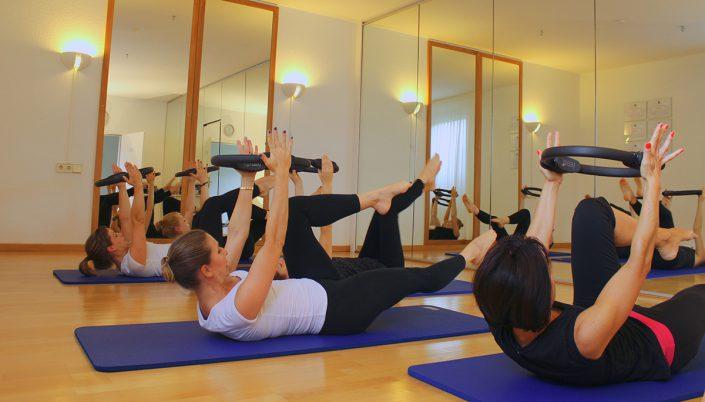 Pilates Gruppenkurs auf der Matte